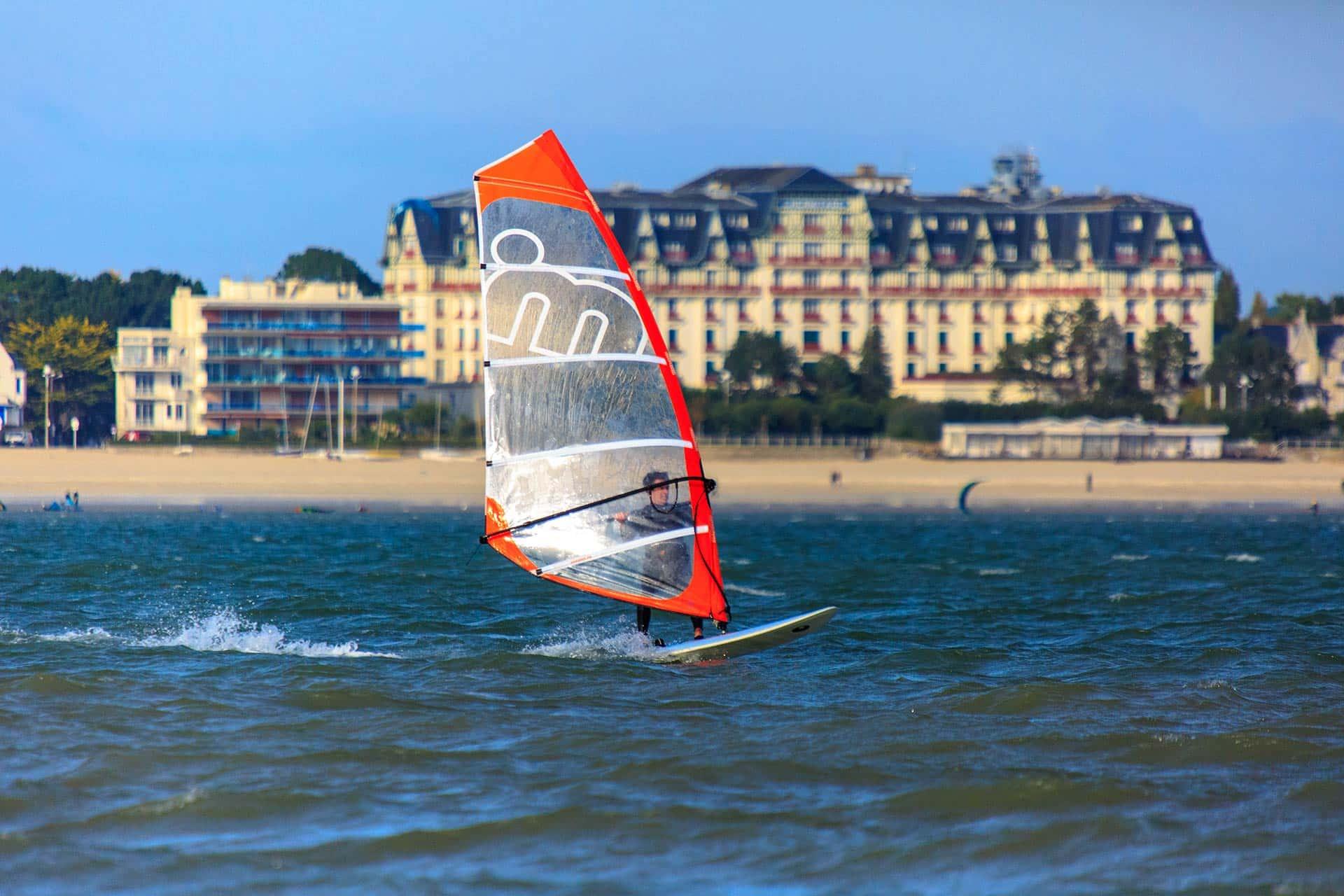 Initiez vous aux Sport nautiques sur la plage de la baule, lors de votre séjour aux gîtes maengan