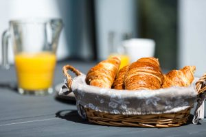 Petit-dejeuner-en -terrasse-gite-lavande