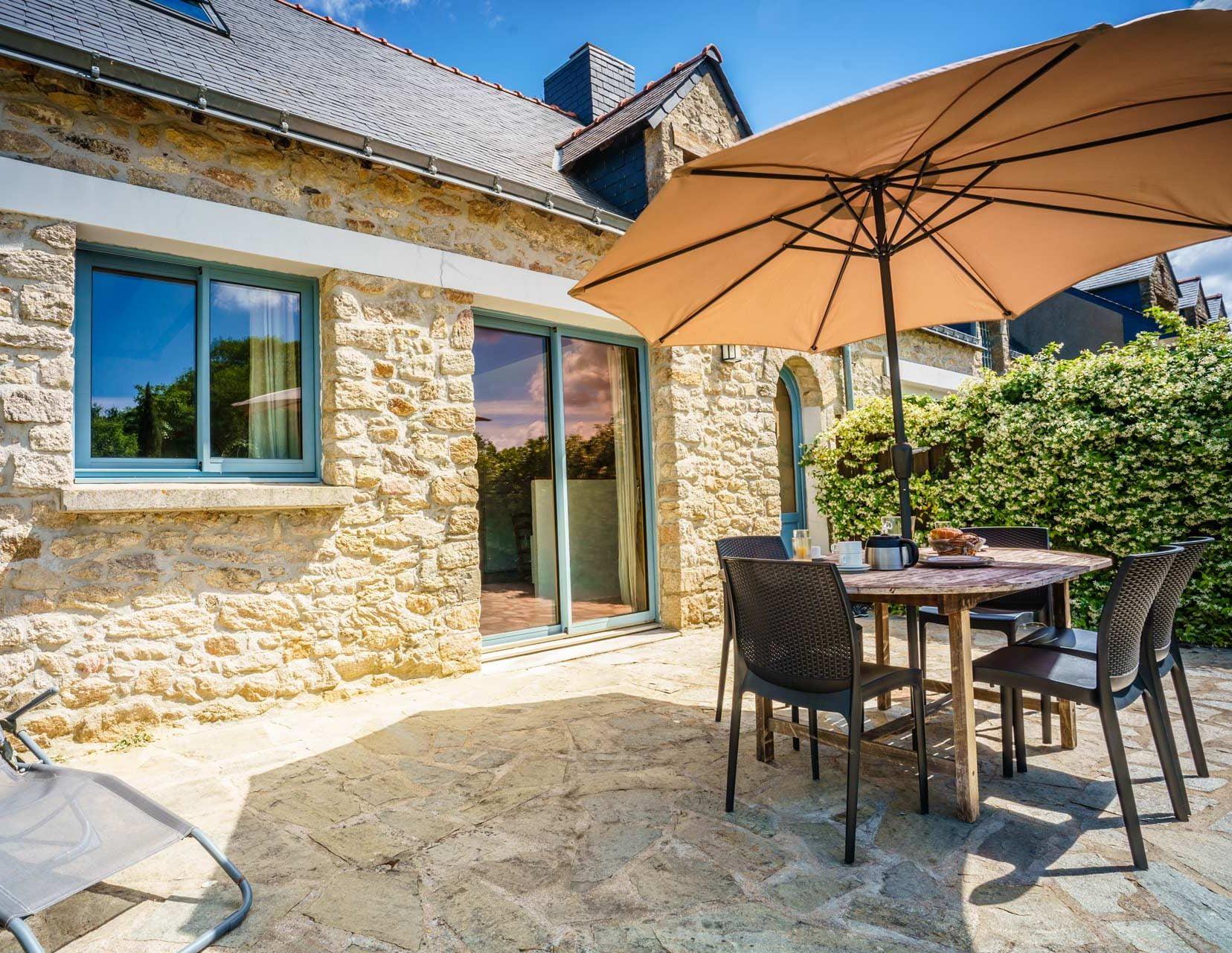 cropped terrasse ensoleille gite lavande vacances en loire atlantique parasol et transat gitesmesquerquimiac 1 1 - Gites Mesquer Quimiac