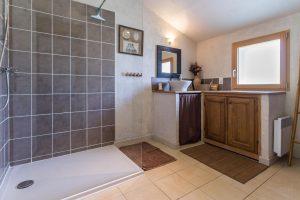 salle de bain douche à l'italienne gîte lavande à mesquer-quimiac