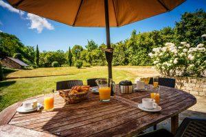 petit dejeuner avec vue sur le jardin et le verger-vacances-mesquer-quimiac