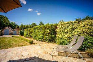 terrasse-ensoleille-gite-acacia-vacances-en-loire-atlantique-parasol-et-transat-gitesmesquerquimiac