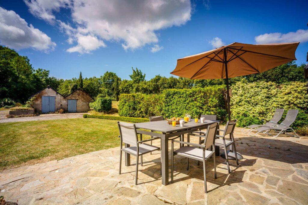 petit dejeuner avec vue sur le jardin et le verger vacances gite acacia mesquer quimiac - Gites Mesquer Quimiac